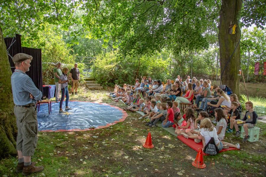 Pünktlich um 15 Uhr eröffneten Holzwickedes stellvertretende Bürgermeisterin Monika Mölle und der Dezernent für Jugend und Fanmilie des Kreises Unna, Torsten Göpfert, das traditionelle Sommerfest im Treffpunkt Villa. (Foto: P. Gräber - Emscherblog.de)