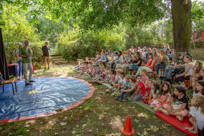 Torsten Göpfert (l.), Dezernent für Jugend und Familie beim Kreis Unna, eröffnete mit Holzwickedes stellvertretender Bürgermeisterin Monika Mölle das Sommerfest.  (Foto: P. Gräber - Emscherblog.de)