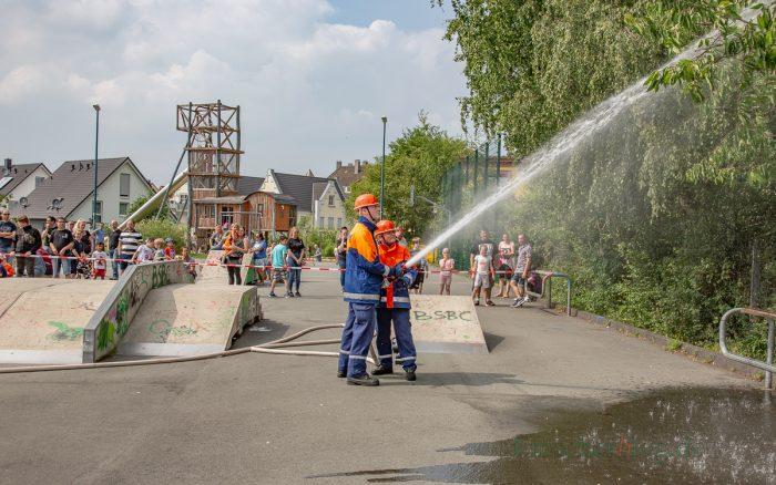 Die Jugendfeuerwehr zeigte bei einer kleinen Übung, was sie schon gelernt hat. (Foto: P. Gräber - Emscherblog.de)