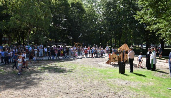 Die Schulen und Kindergärten waren der Einladung zur Eröffnung des Mehrgenerationen-Spielplatzes gefolgt. (Foto: privat)