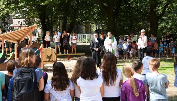 Bürgermeisterin Ulrike Drossel eröffnete den Mehrgenerationen-Spielplatz im Emscherpark gemeinsam mit den Pfarrern Christian Bald und Bernhard Middelanis. (Foto: privat)