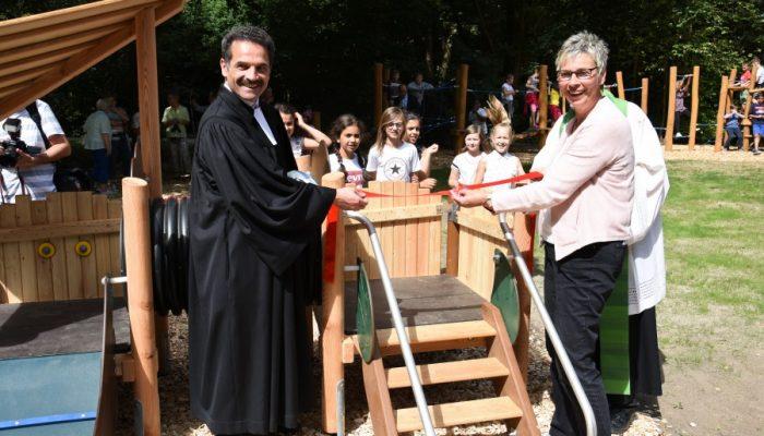 Mit einem symbolischen Scherenschnitt gab Bürgermeisterin Ulrike Drossel den neuen Spielplatz frei. (Foto: privat)
