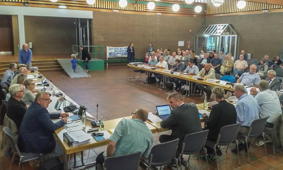 Zahlreiche Eltern und andere Bürger nahmen heute an der Sitzung des Planungs- und Bauausschusses im Forum teil. Der Ausschuss empfahl den alten Ratsbeschluss aufzuheben und die neue Kita im Emscherpark zu bauen. (Foto: P. Gräber - Emscherblog.de)