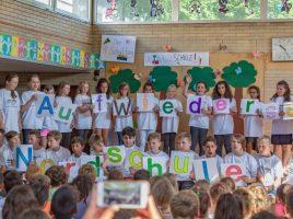Emotionaler Abschied: Mit einem eigenen Lied verabschiedeten sich die Viertklässler in der Monatsfeier von ihrer Nordschule. (Foto: P. Gräber - Emscherblog)