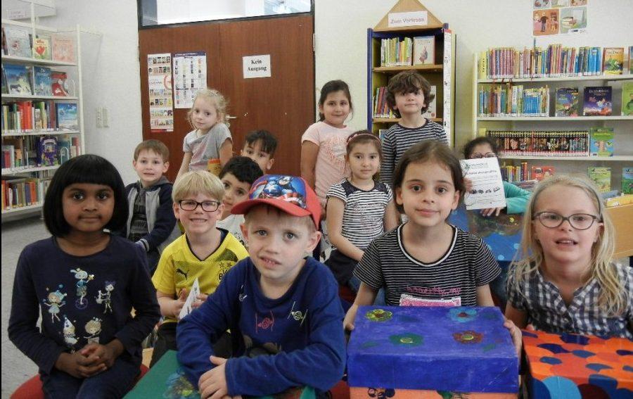 Auch die Kinder der Kita-Nordlicht freuen sich über die neuen Überraschungskisten der Gemeindebücherei. Foto: privat)