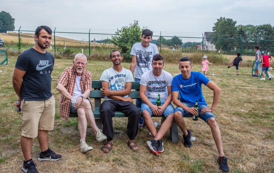 Bernhard Weberink vom Helferkreis (2.v.l.) mit einigen Bewohnern der Unterkunft an der Mühlenstraße. (Foto: P. Gräber - Emscherblog.de)