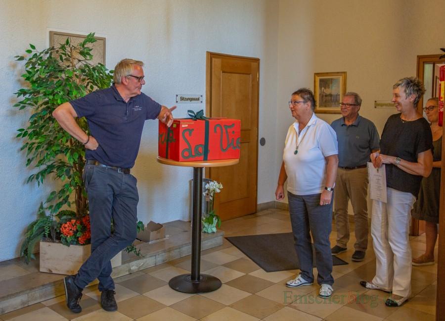 Von den Kollegen des Fachbereichs gab's nach der offziellen Feierstunde noch ein Überraschungspaket für Ulla Pardemann (2.v.l.). (Foto: P. gräber - Emscherblog.de)