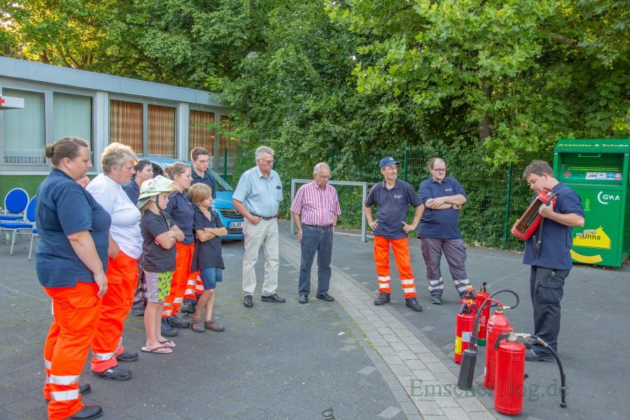 Brandschutzexperte Uwe Tepe (r.) erläuterte den DRK-Helfern zum Auftakt die Funktionsweise der verschieden Feuerlöscher-Typen. (Foto: P. Gräber - Emscherblog.de)
