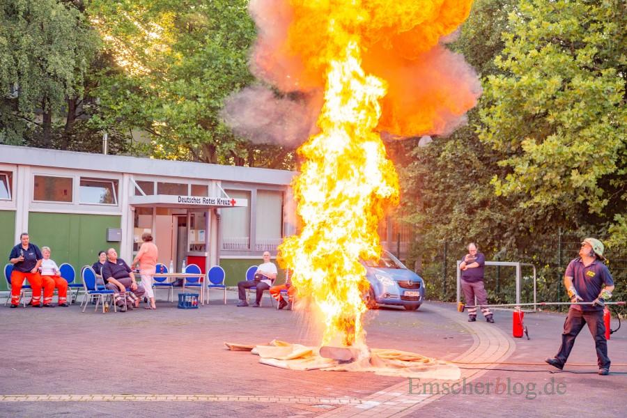 Eindrucksvoller Höhepunkt der DRK-Fortbildung: Der Brandschutzexperte demonstrierte, was passiert, wenn auch nur eine geringe menge Wasser mit brennendem Fett in Kontakt kommt. Das Ergebnis ist eine Fettexplosion und eine etwa zwölf meter hoher Stichflamme. (Foto: P. Gräber - Emscherblog.de)