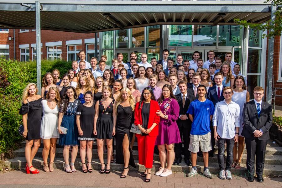 Vord er Zeugnisausgabe im Forum stellten sich die Abiturientinnen und Abiturienten des Clara-Schumann-Gymnasiums zum Gruppenfoto vor dem Haupteingang auf.