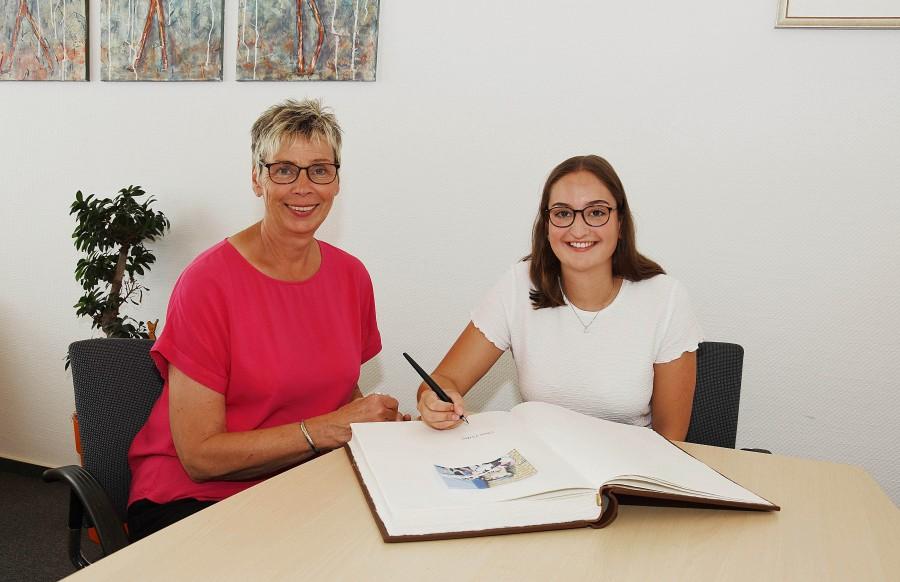 Auf Einladung vn Bürgermeisterin Ulrike Drossel trug sich heute Holzwickedes Sportlerin des Jahres, die 20-jährige Spoirtschützinmg Denmise Palberg, ins Goldene Buch der Gemeinde Holzwickede ein. (Foto: privat)