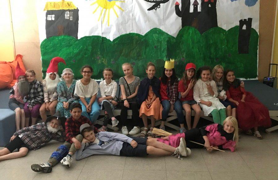"""Die Darsteller der Theater-AG der Dudenrothschule überzeugten bei der Aufführung des Stücks """"Märchentheater"""". (Foto: privat)"""