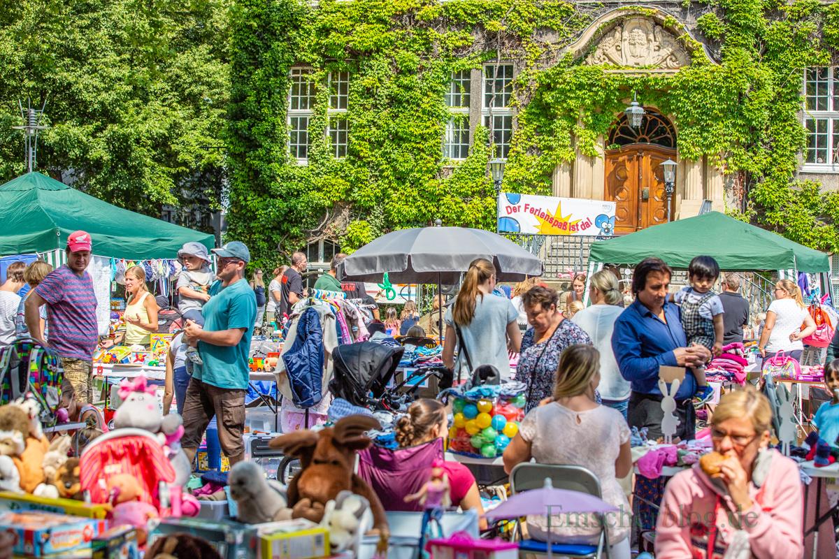 Mit einem großen Kindertrödelmarkt und dem Unterhalter Jürgen Wilmes ist der Holzwickeder Ferienspaß heute auf dem Marktplatz eröffnet worden. (Foto: P. Gräber - Emscherblog.de)