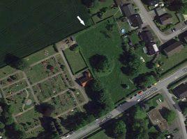 Auf der rd. 4 000 qm großen Fläche rechts neben dem ev. Friedhof an der Unnaer Straße in Opherdicke soll die neue vierzügige Kindertagesstätte in Opherdicke entstehen. (Foto: Googlemaps)