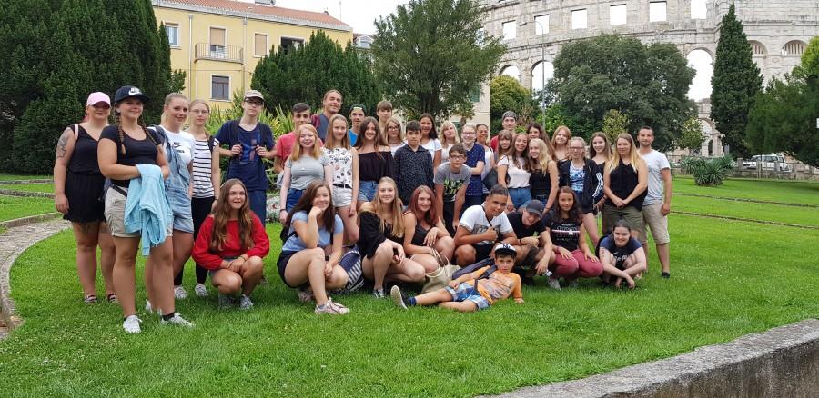 Die Jugendlichen aus Bönen, Frönenberg und Holzwickede in Pula vor dem Kolosseum - dem sechsgrößten der Welt. (Foto: privat)