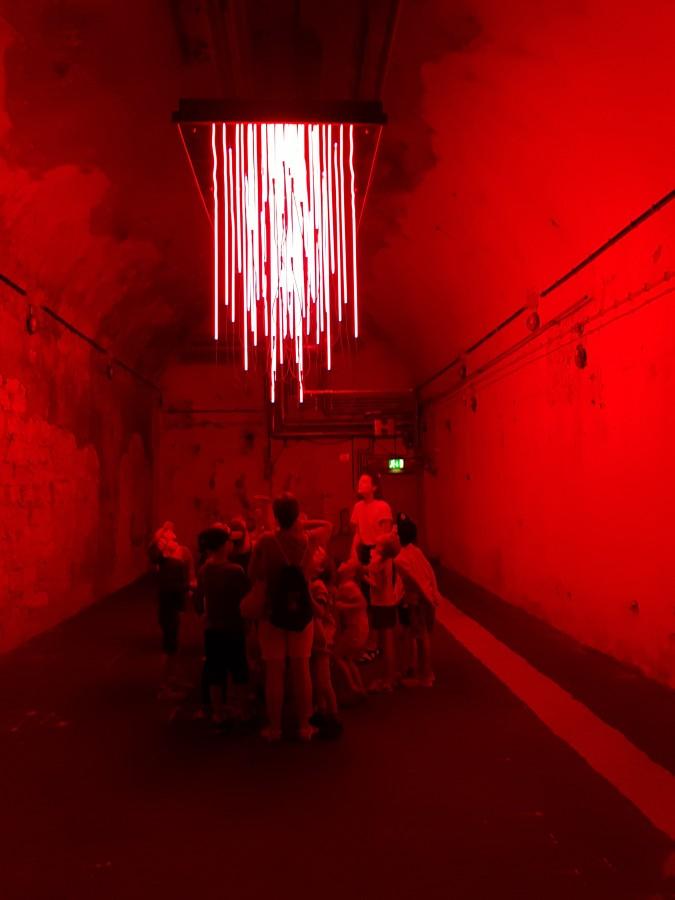 Schuariog und pannend: die Holzwickeder OGS-Kinder bei ihrem Besuch im Lichtkunstmuseum Unna. (Foto: privat)