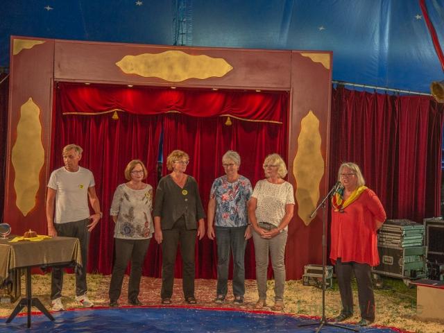 Im Rahmen des Festaktes wurden auch fünf langjährige Lehrkräfte von Schulleiterin Kornelia Henning-Puls (r.) verabschiedet. (Foto: P. Gräber - Emscherblog.de)