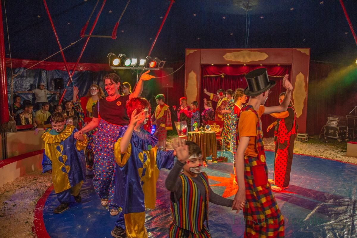 In nur zwei Tagen haben die Schüler mit ihren Lehrkräften eine tolle Vorstellung mit Akrobatik, Artisten, Zauberern und Clowns auf die Beine gestellt. (Foto: P. Gräber - Emscherblog.de)