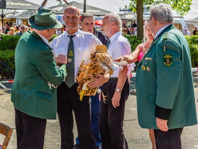Nach seinem erfolgreichen Schuss nahm der neue König die Gratulationen seiner Kameraden entgegen. (Foto: P. Gräber - Emscherblog.de)