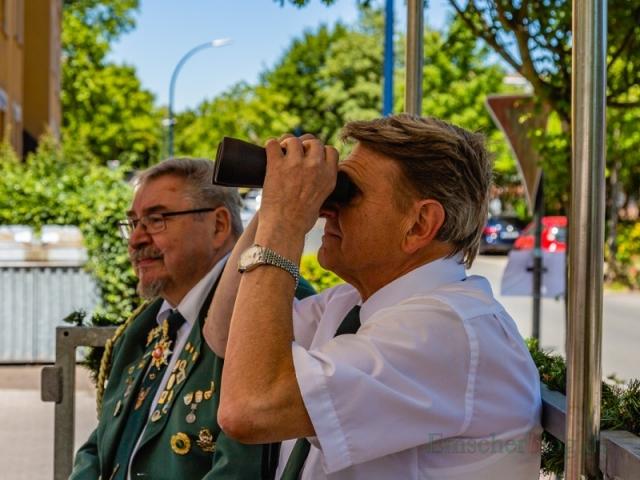 Vogelbauer Heinz Gössmann wirft einen prüfenden Blick durchs Fernglas: Bleibt er noch standhaft? (Foto: P. Gräber - Emscherblog.de)