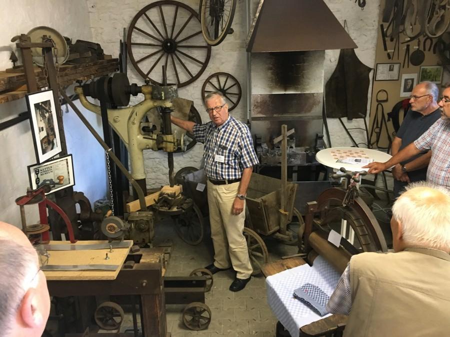 Dieter Niederstadt vom Historischen Verein  informierte die Besucher der CDU-Kreistagsfraktion in der Alten Schmiede über die interessanten Ausstellungsstücke. (Foto: privat)