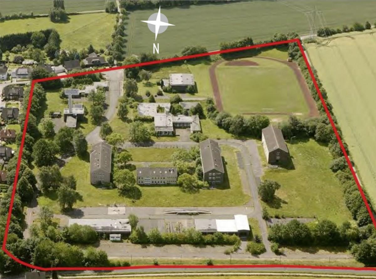 Das Gebiet des geplanten Wohnparks Emscherquelle (rot umrandet) aus dr Vogelperspektive betrachtet. (Luftbild: Hans Blossey)
