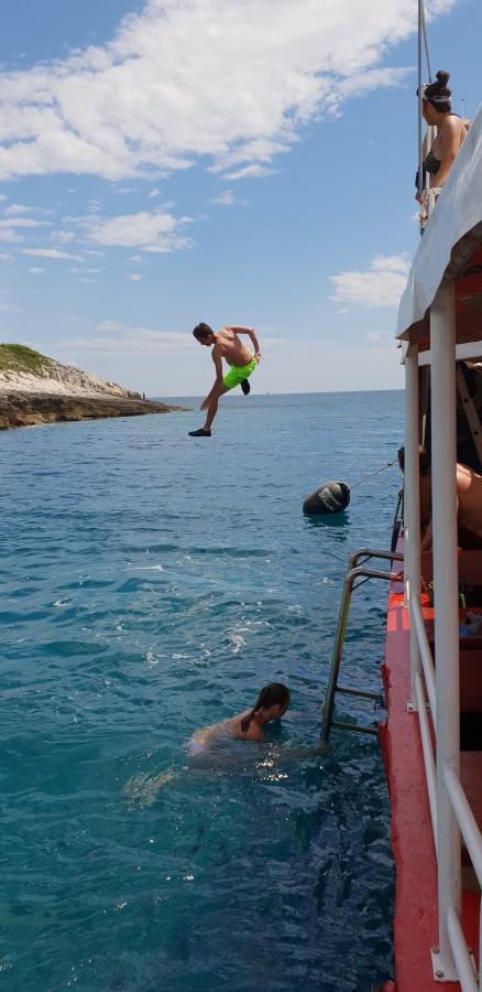 Der Sprung vom Boot ins kristallklare Wasser war bei der exklusiven Tagestour auch möglich. (Foto: privat)
