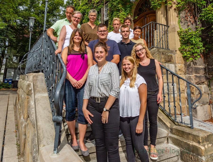 Die drei neuen Auszubildenden Laura Nier (vorn), Johannes Bitting (dahinter), Jason Kastner (r. daneben), mit Julia Gollik, Manuele Hubrach (Gleichstellungsbeauftragte), Jana Flöthmann (Verwaltungsfachangestellte), Iris Bast (Personalratsvorsitzende), Marius Sparenberg (Vorsitzender JAV), Sarah Mohr (stellv. Ausbildungsleiterin), Armin Nedomansky (Ausbilder Gärtner), Bürgermeisterin Ulrike Drossel, Wolfgang Kücking (Ausbilder Fachinformatiker) (Foto: P. Gräber - Emscherblog.de)