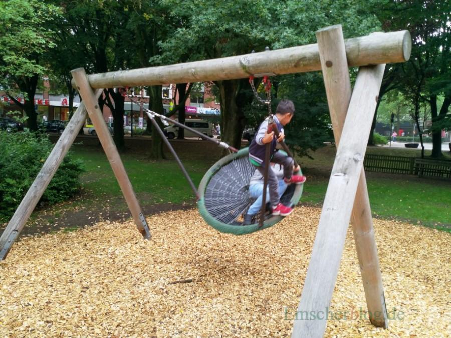 Der Mehrgenerationenspielplatz im Emscherpark wird mit einer Babyschauckel erweitert. (Foto: P. Gräber - Emscherblog.de)