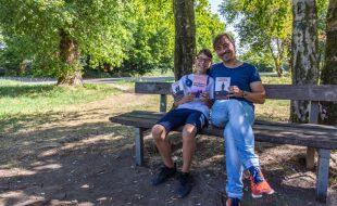 Zwei Kriminalroman-Autoren aus Holzwickede mit ihren Werken: Maximilian Heilbrunner und sein Vater Thomas Matiszik. (Foto: P. Gräber - Emscherblog.de)