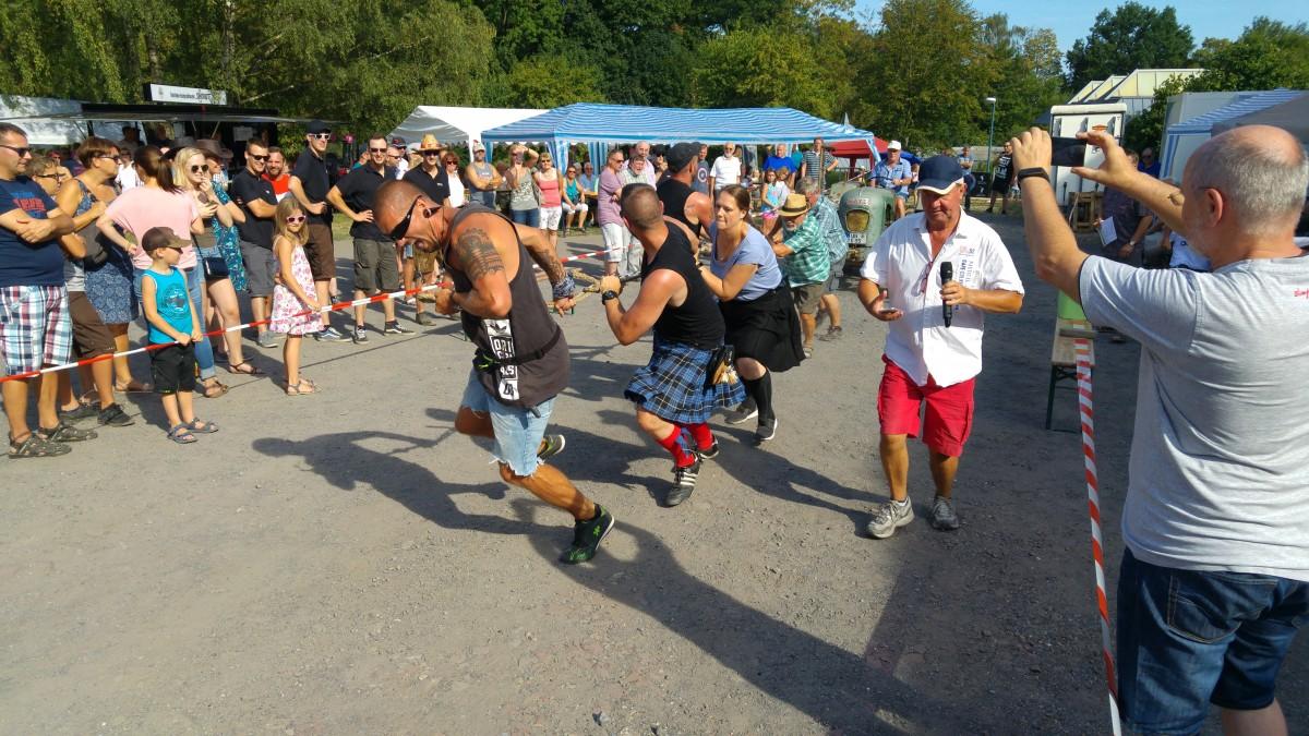 Am Samstag (4.8.) feierte das Bergdorf Hengsen das 4. Haarstrangfest mit den Highland Games auf dem Hof Strenge-Erbstößer. (Foto: privat)