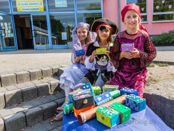 Mia, Alisha und Melina (v.l.) mit den Schatzkisten, die mit Schatzkarten auf dem Schulgelände gesucht werden mussten. (Foto: P. Gräber - Emscherblog.de)