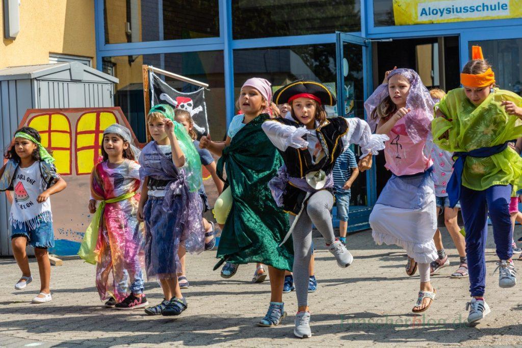 Mit einer bunten Piratenshow endete heute die dreiwöchige Ferienbetreuung durch die OGS in der Aloysiusschule. (Foto: P. Gräber - Emscherblog.de)
