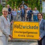 NRW-Heimatministerin stellt neue Ortsschilder für Emscherquellgemeinde vor