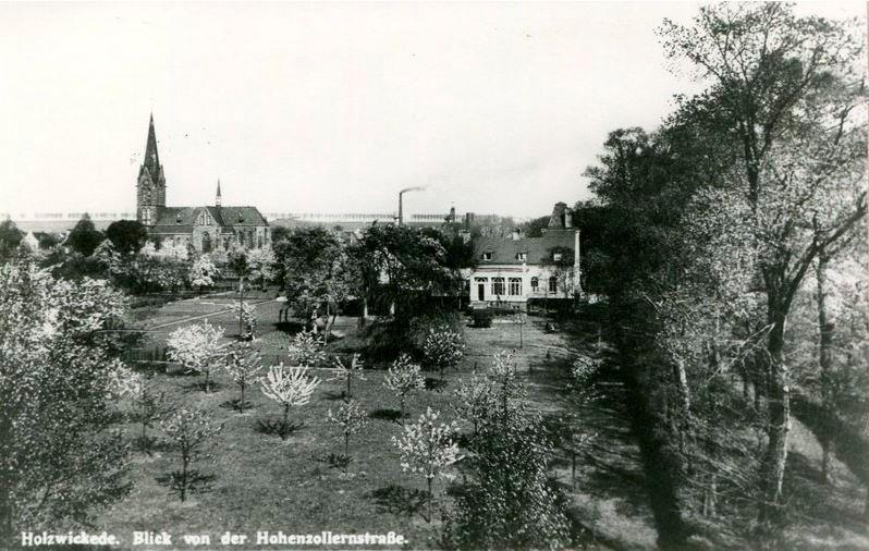 Diese Aufnahme zeigt das Haus Dudenroth von der Opherdicker Straße (früher Hohenzollernstraße) aus gesehen. Der Weg rechts im Bild ist die heutige Allee. Der Baum in der Mitte vor Haus Dudenroth dürfte die ca. 150 Jahre alte große Eiche sein, die nun von Pilz befallen gefällt werden soll. (Foto: Historischer Verein)