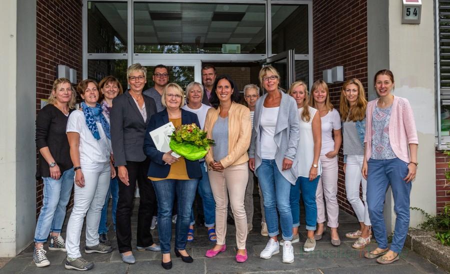 Bürgermeisterin Ulrike Drossel (4.v.l.) und die Vertreter der Gemeindeverwaltung begrüßten die neue Leiterin der Nordschule, Claudia Paulo (6.v.l.) gemeinsam mit Schulrätin Christine Raunser (7.v.r.), der bisherigen kommissarischen Leiterin, Gabi Spieker (6.v.r.), und dem Kollegium der Nordschule. (Foto: P. Gräber - Emscherblog.de)
