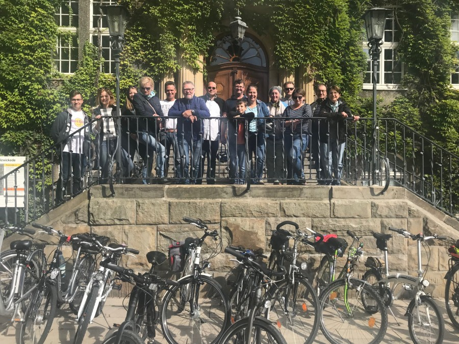 Die Teilnehmer der Ferienradtour der CDU machten das Holzwickeder Rathaus vor dem Start zum Radhaus. (Foto: privat)