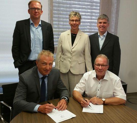 Kämmerer Rudi Grümme (v. r.) und Dirk Wißel (v. l.), Kommunalbetreuer bei Innogy, unterzeichneten den Gesellschaftsvertrag. Mit dabei waren Bürgermeisterin Ulrike Drossel (M.) sowie Peter Matten (l.) und Andreas Schunck (r.), beide Innogy. Foto: Gemeinde Holzwickede)