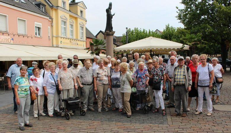 Das Foto zeigt die Teilnehmer des JHahresausflugs der Senioren-Begegnungsstätte vor dem Marktplatzbrunnen in Xanten. Foto: privat)
