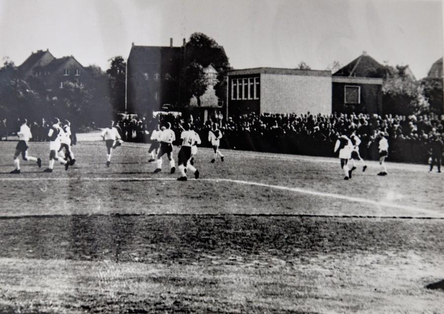 Blick in südwestlicher Richtung auf das Emscherstadion mit Sportheim. Die Aufnahme datiert ca. 1967 (Foto: Gemeindearchiv)