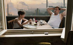 Junges-Licht.Julian-Oscar-Brose-und-Vater-Waller-Charly-Huebner-beim-Fruehstueck-©-Slama-Winkelmann