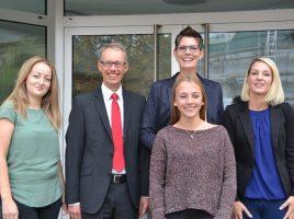 Dr. Michael Dannebom hieß Michelle Mürmann (vordere Reihe ) und Nadine Byrne (rechts) willkommen. Die beiden neuen Kolleginnen bei der WFG werden ebenso wie die Viktoria Walter (links) von Anika Wetzlar (2.v.r) ausgebildet. Foto:WFG (Ute Heinze)