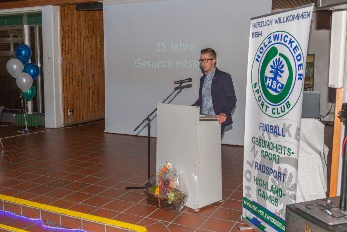 HSC-Vorsitzender Sebastian Bennett eröffnet den Empfang zum 25-jährigen Bestehen der Gesundheitssportabteilung des HSC im Forum. (Foto: P. Gräber - Emscherblog.de)