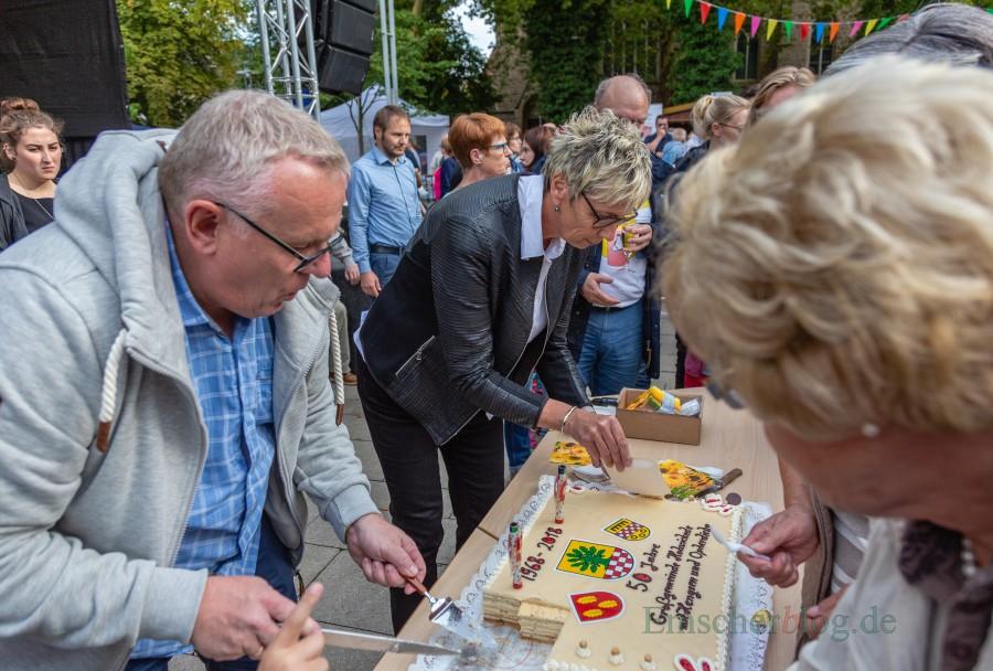 Anschließende verteilten Ulrike Drossel und Michael Klimziak die Geburtstagstorte an die wartenden Besucher. (Foto: P. Gräber - Emscherblog.de)