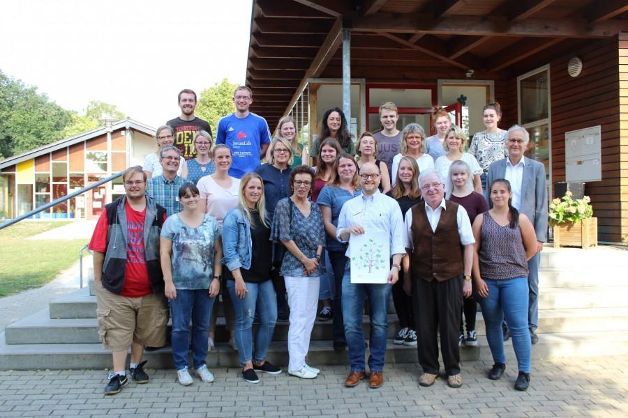 AWO Unterbezirksvorsitzender Wilfried Bartmann (vorne, 2. v.r.) und Geschäftsführer Rainer Goepfert (2 Reihe, 1.v.r.) begrüßten die angehenden Fachkräfte im AWO Heinrich-Martin-Haus in Bergkamen. (Foto: AWO Kreis Unna)