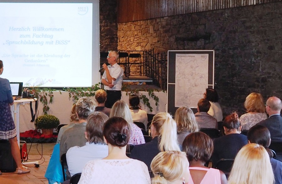 Schul- und Sozialdezerenent Torsten Göpfert bei der Eröffnung des Fachtags. Foto: Frederik Topf - Kreis Unna