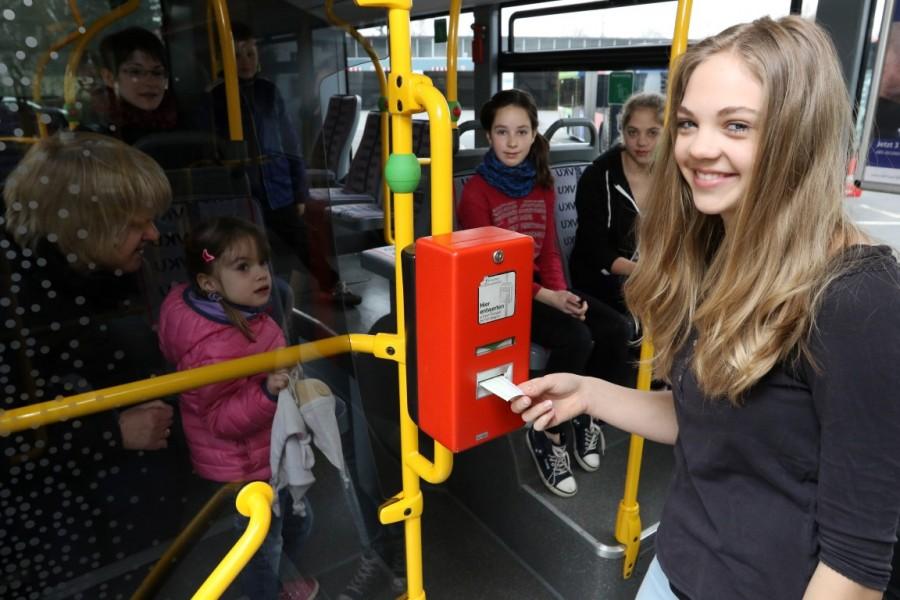 Die CDU hat die Nutzung von zusätzlichen Landesmitteln zur sicheren Schülerbeförderung in Schulbussen während der Corona-Pandemie beantragt: Der Einsatz von zusätzlichen Schulbussen wird vom Land zu 100 Prozent gefördert: Das Foto zeigt eine Situation der Schulbussituation vor der Corona-Pandemie. (Foto: VKU Kreis Unna)