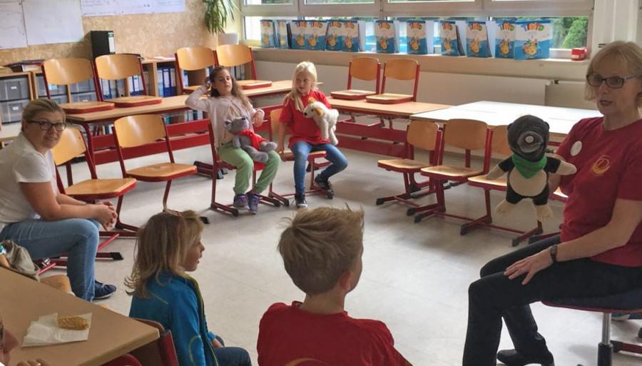 Bei ihrer Erkundung der Dudenrothschule lernten die Kinder am Samstag auch Mr. Mole, das Englisch-Maskottchen der Schule kennen. (Foto: privat)