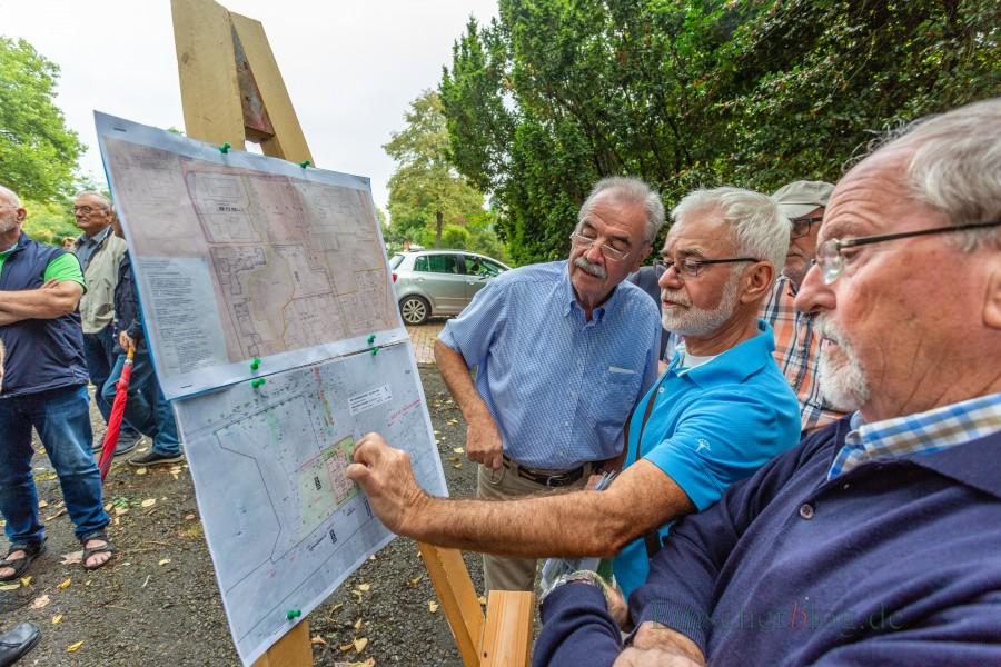 Ein Bebauungsplan, zwei Meinungen: Wilfried Brinkmann und Reinhard Gerlings (v.l.) diskutieren über die Lage des Baukörpers der Kita - ohne Ergebnis. (Foto: P. Gräber - Enmscherblog.de)