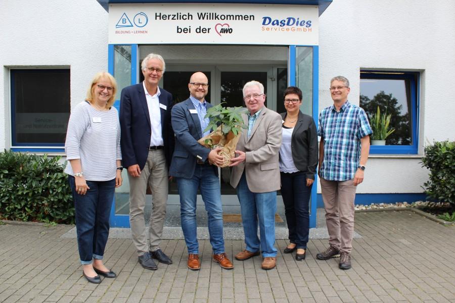 Daniel Frieling (3. v.r.) verstärkt als neuer Leiter die Abteilung Kindertageseinrichtungen der AWO Unterbezirk Unna. Zusammen mit den Kolleginnen und Kollegen begrüßten Vorsitzender Wilfried Bartmann (4. v.r.) und Geschäftsführer Rainer Goepfert (2. v.r.)  Frieling an seinem ersten Arbeitstag.